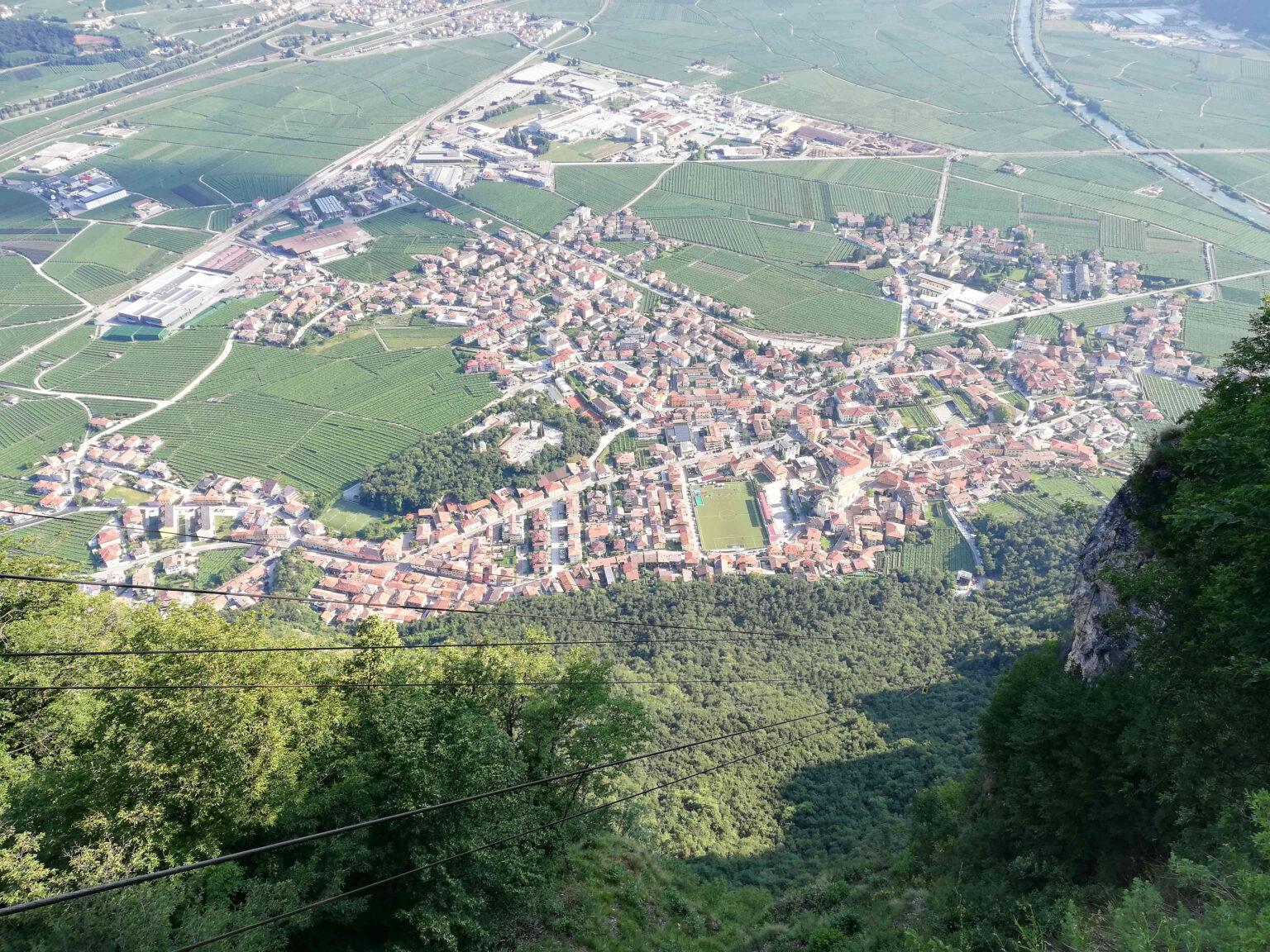 Fig.1: vista di Mezzocorona e della Piana Rotaliana dal Monte di Mezzocorona